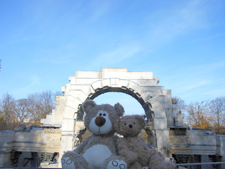 Teddy Land: Under the arch
