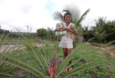 Andrea with a pineapple tree, stop on our way from Georgetown to Mahdia - Guyana