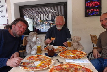 Pizza and beer in Italy, spicy honey in the middle - life doesn't get any better. Left to right - Juri Waroschanov, Ron (Ronald Ronholt) and Emo (Emil Stanev)