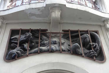 Entrapment - Sfeingasse 15, Vienna, Austria. The dragon is made by Josef Anton Engelhart (1864-1941).