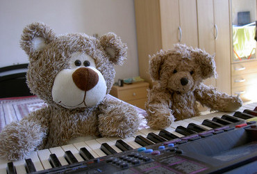 Piano concerto for four paws – Bearlioz and Beartolt Brecht on the piano